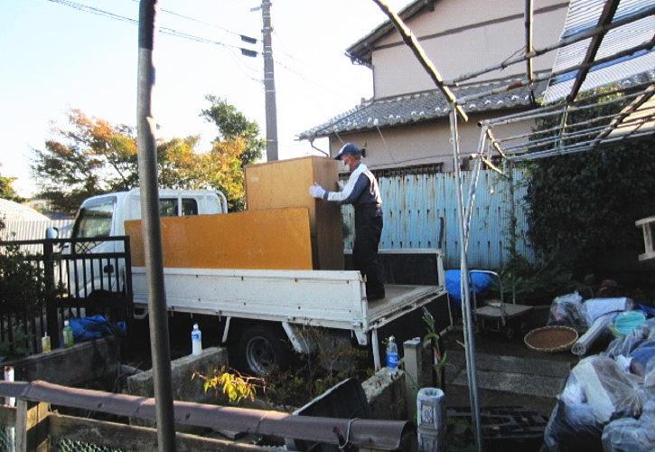 行田市遺品整理 外にまとめていたものを積み込んでいきます