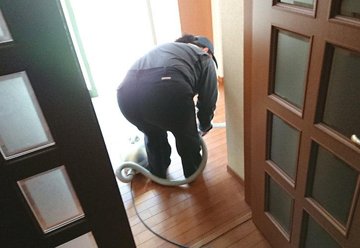 行田市で片付け後は掃除機で清掃