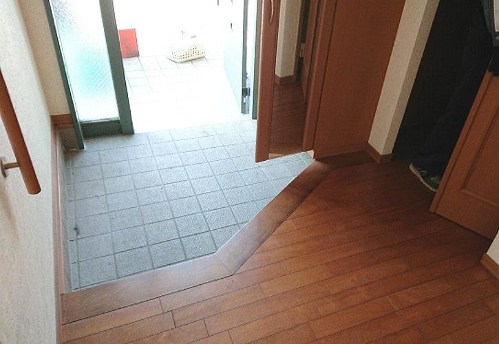 不用品回収作業で玄関もきれいに