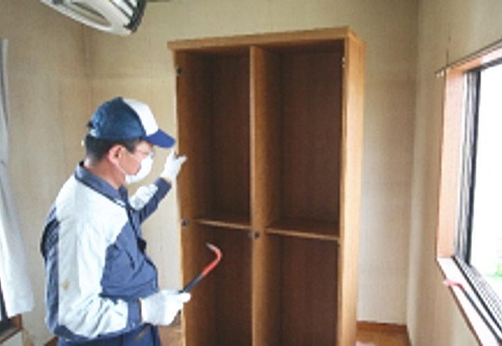 棚板と扉が外れたら天板をバールで軽く叩きます。