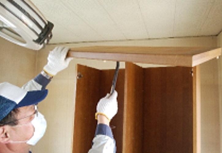 叩いた場所に隙間が出来るので、てこの原理で天板を外していきます。