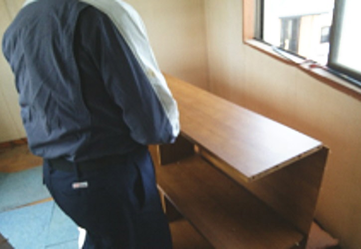 天板が外れたら本体を横に倒し、天板部分の方から上に持ち上げて側板を外します。